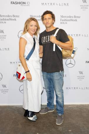 Sanny van Heteren mit Freund Inaki Lopez Esparza - Ankunft zur Fashion Show Rebekka Ruètz zur Mercedes-Benz FashionWeek Berlin Spring-/Summer 2018 im Kaufhaus Jandorf in Berlin am 05.07.2017. Mercedes-Benz FashionWeek Berlin - Spring/Summer 2018 Sanny van HETEREN with Friend Inaki Lopez Esparza Arrival to Fashion Show Rebekka Ruètz to Mercedes Benz Fashion Week Berlin Spring Summer 2018 in Department store JANDORF in Berlin at 05 07 2017 Mercedes Benz Fashion Week Berlin Spring Summer 2018